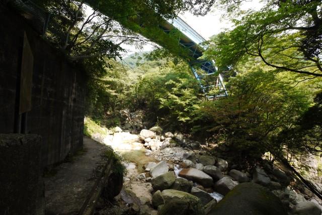 御在所岳の裏登山道にある青い「あかね橋」