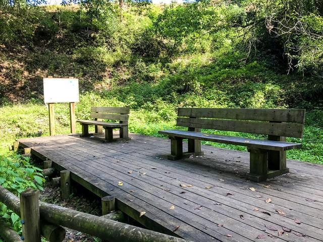 巾着田ドレミファ橋前のベンチ