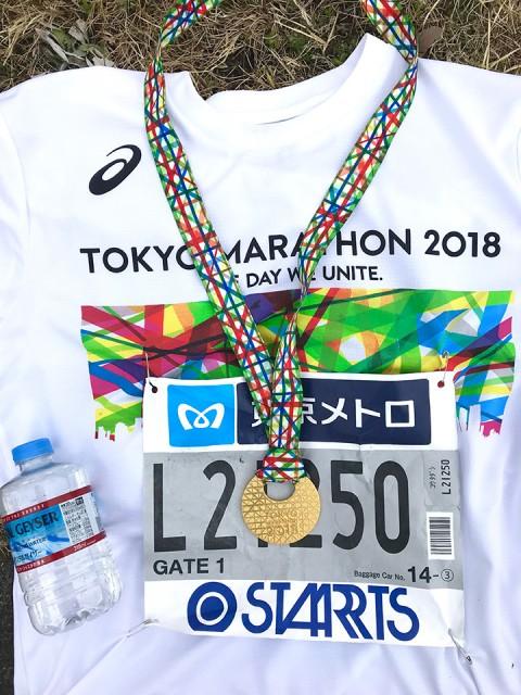 東京マラソンの参加Tシャツと完走メダル