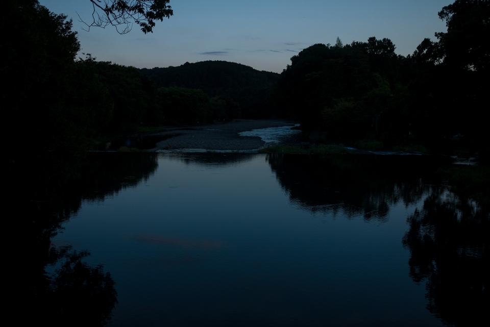 日が落ち暗くなった静かな高麗川