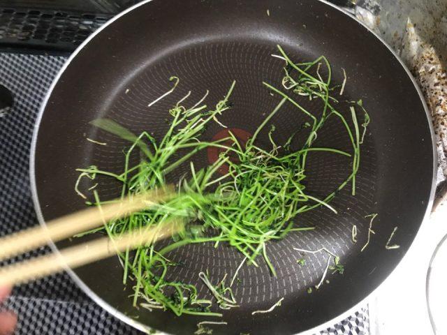 豆苗スプラウトをフライパンで炒めた