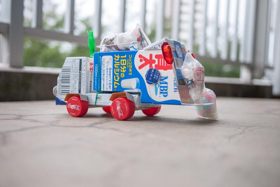 牛乳パックで工作した「ゴミ収集車」