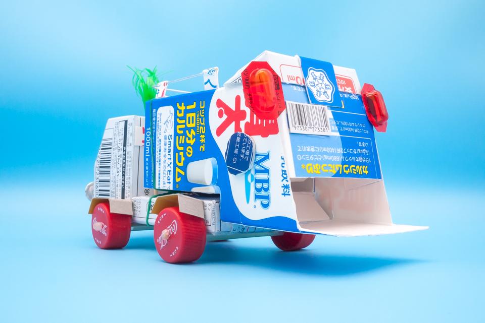 牛乳パックのゴミ収集車