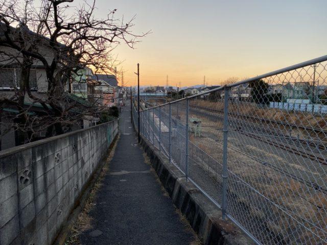 内藤橋街道のJR中央本線沿いの小道